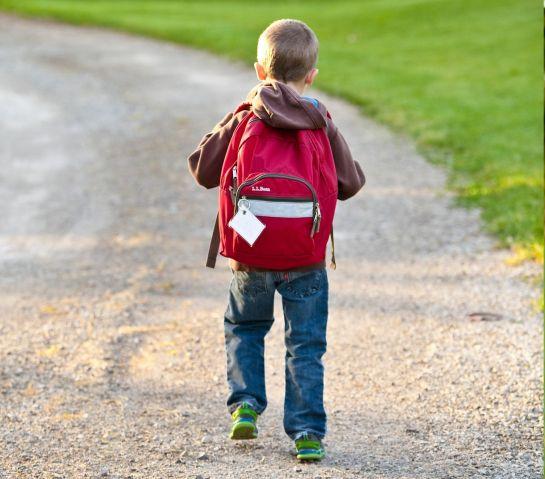 enfant en route pour l'école